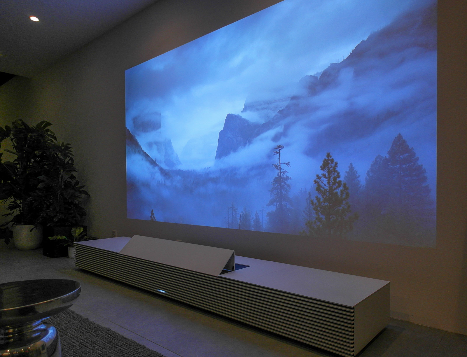 <h1>Sony 4K Ultra Short Throw Projector</h1> <h2>IFA 2015 SmartHomeConsult Report</h2>
